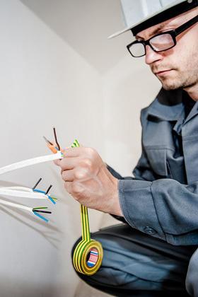 Profesión de electricista o técnico en electricidad y electrónica.
