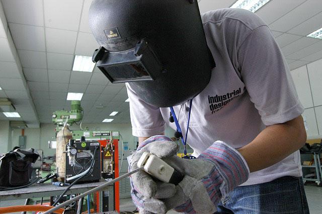 Profesión de soldador o montador de estructuras metálicas.